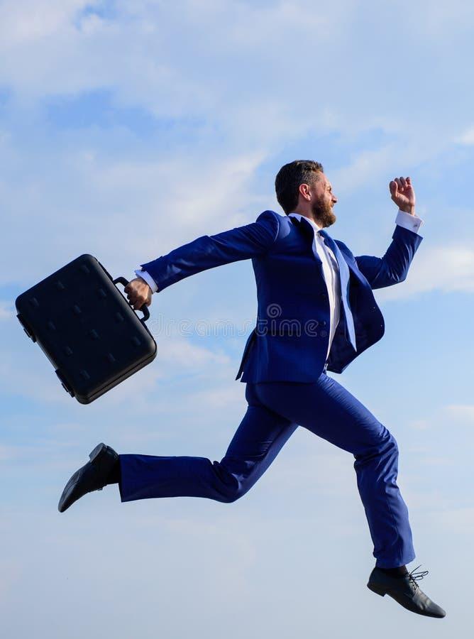 El traje formal del hombre de negocios hace esfuerzo para tener éxito El éxito en negocio exige esfuerzos sobrenaturales del empr imagen de archivo libre de regalías
