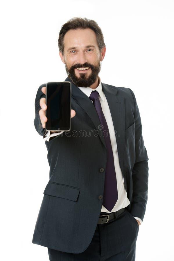 El traje formal del hombre de negocios sostiene smartphone Teléfono móvil moderno del uso barbudo del hombre de negocios del homb fotos de archivo libres de regalías