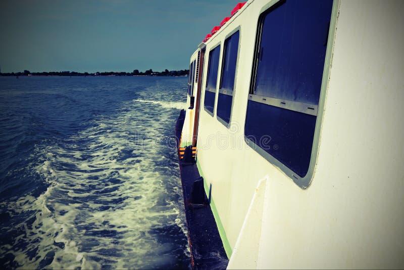 El transbordador corre speedly en el mar adriático con efecto del vintage fotografía de archivo libre de regalías