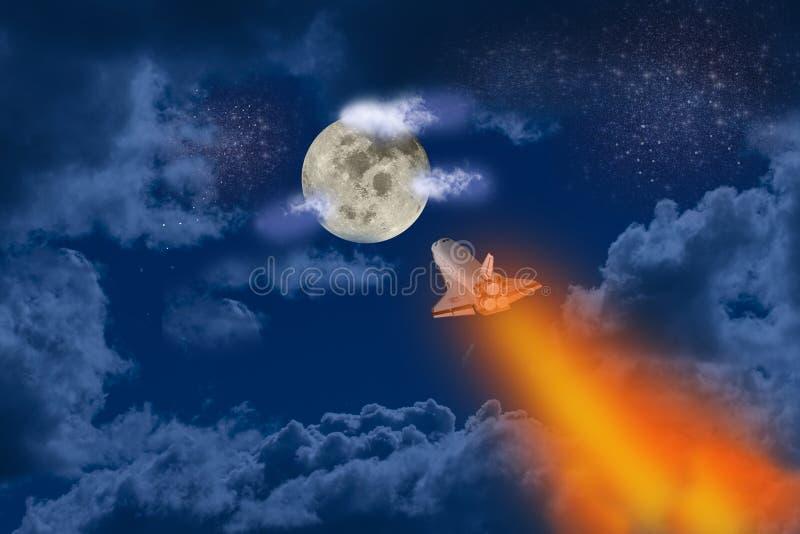 El transbordador espacial vuela a la luna en una noche estrepitosa y nublada. Combustible rojo y naranja. Impresión artística fotografía de archivo libre de regalías