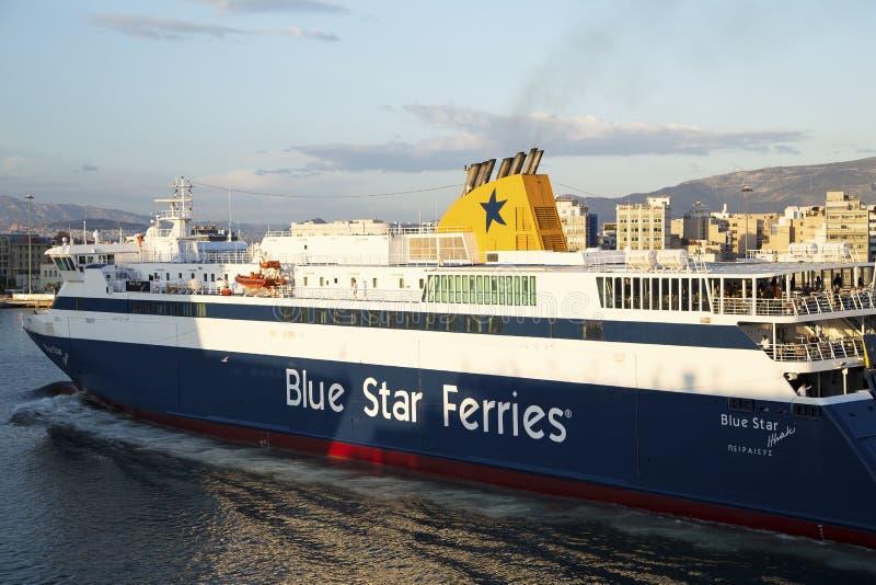 El transbordador llega en el puerto de Pireo, Atenas, Grecia - mayo de 2014 imagenes de archivo