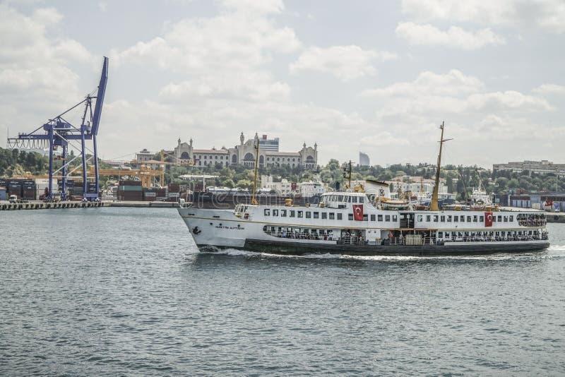 El transbordador público pasa el puerto del cargo en Estambul, Turquía foto de archivo libre de regalías