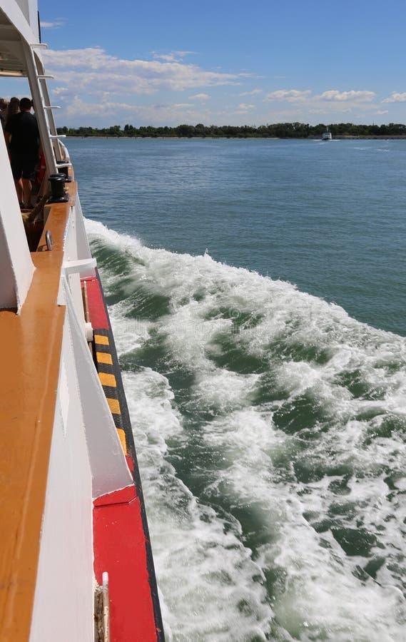 El transbordador Vaporetto también llamado en de lengua italiana navega f imágenes de archivo libres de regalías