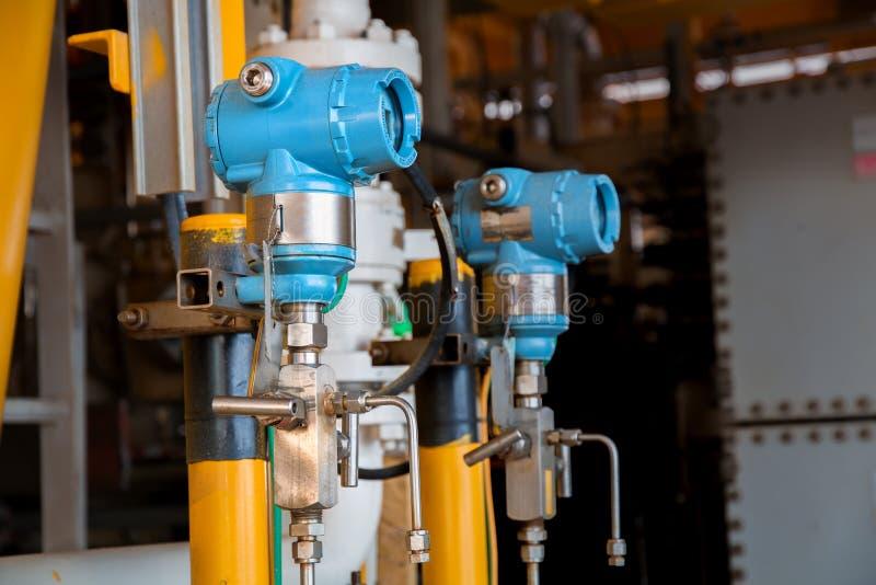 El transmisor de presión en proceso del petróleo y gas, envía la señal al cont foto de archivo