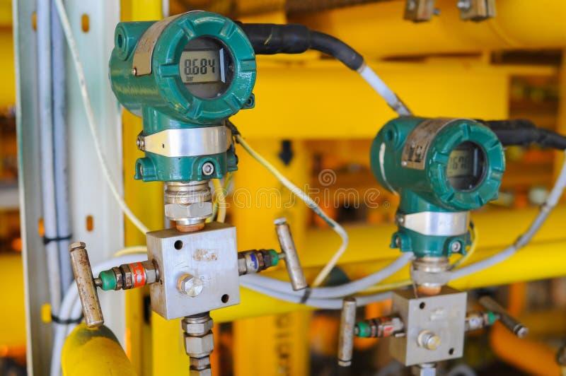 El transmisor de presión en proceso del petróleo y gas, envía la señal a la presión del regulador y de la lectura imagen de archivo