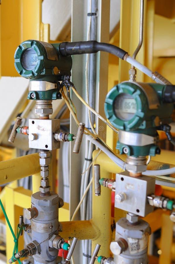 El transmisor de presión en proceso del petróleo y gas, envía la señal a la presión del regulador y de la lectura foto de archivo