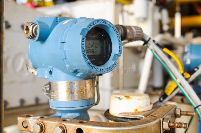 El transmisor de presión en proceso del petróleo y gas, envía la señal a la presión del regulador y de la lectura fotos de archivo libres de regalías