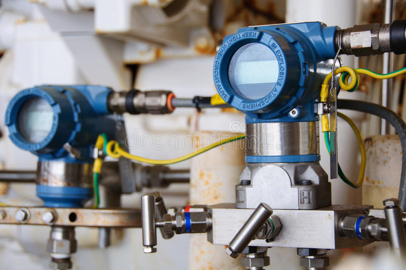 El transmisor de presión en proceso del petróleo y gas, envía la señal a la presión del regulador y de la lectura en el sistema imágenes de archivo libres de regalías