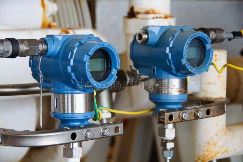 El transmisor de presión en proceso del petróleo y gas, envía la señal a la presión del regulador y de la lectura en el sistema foto de archivo