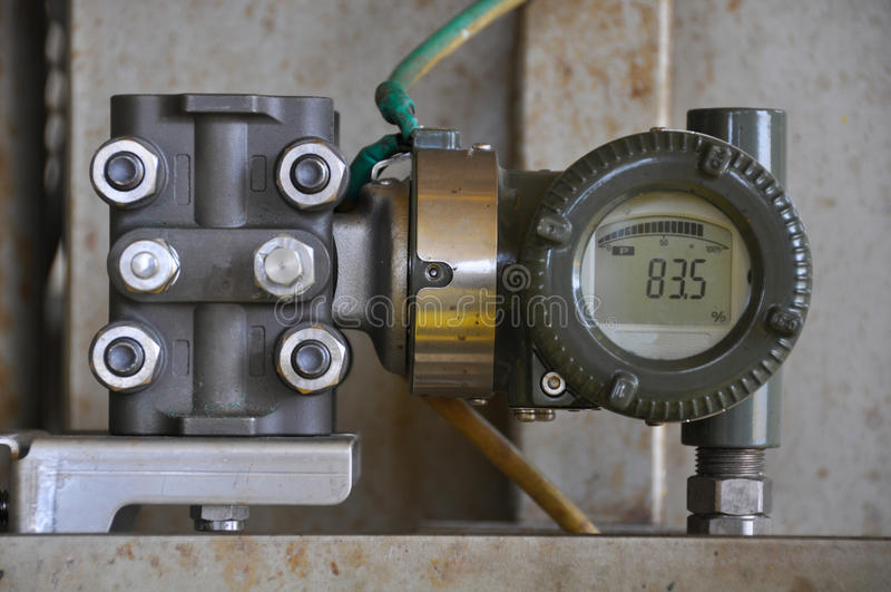 El transmisor de presión en proceso del petróleo y gas, envía la señal a la presión del regulador y de la lectura en el sistema imagen de archivo libre de regalías