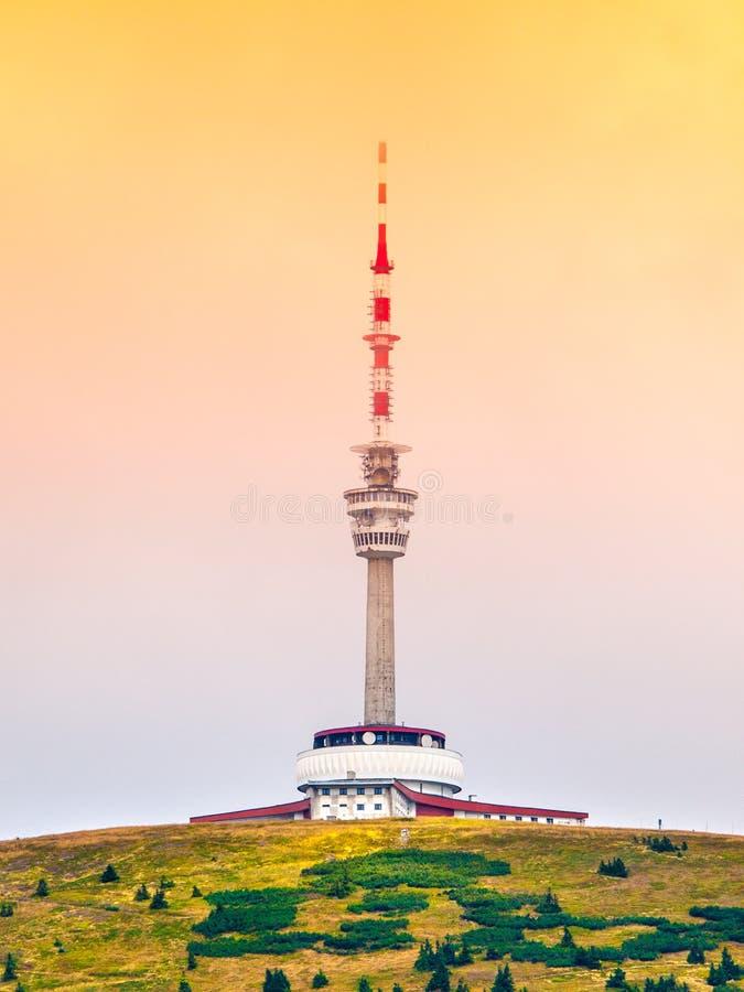 El transmisor y el puesto de observación de la TV se elevan en la cumbre de la montaña de Praded, Hruby Jesenik, República Checa imagen de archivo