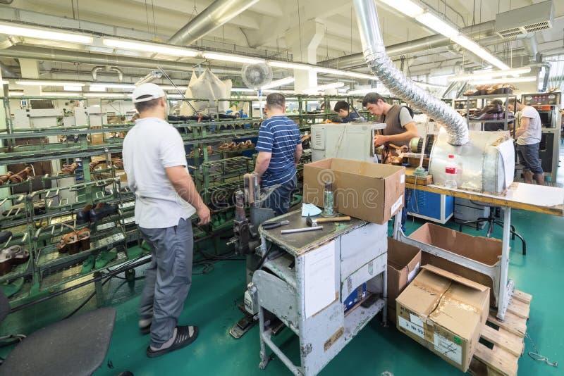 El transportador de la fábrica de zapato fotografía de archivo libre de regalías