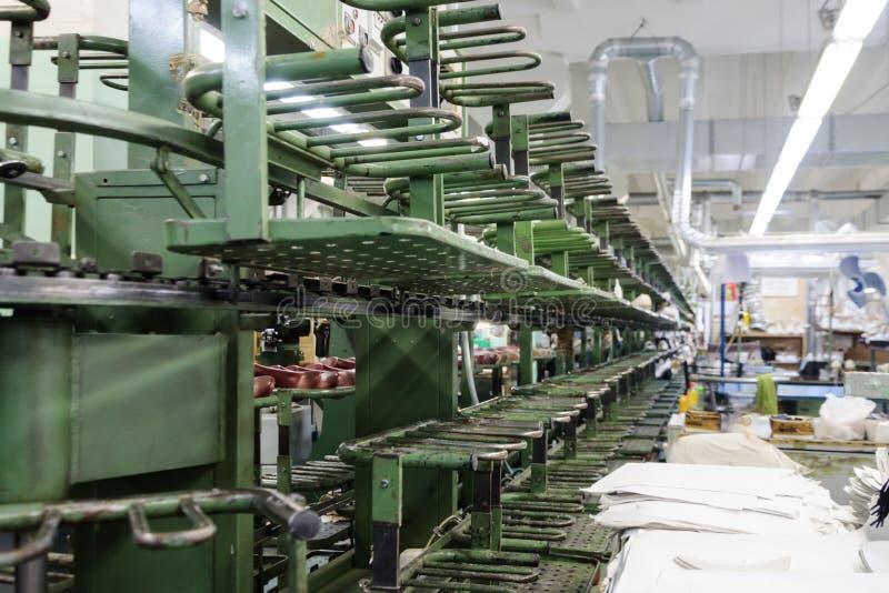 El transportador de la fábrica de zapato imagen de archivo libre de regalías