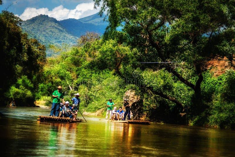 El transportar en balsa de bambú fotografía de archivo