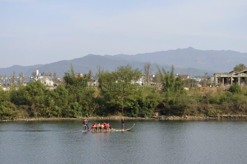 El transportar en balsa de bambú de la corriente de Chongyang imagen de archivo