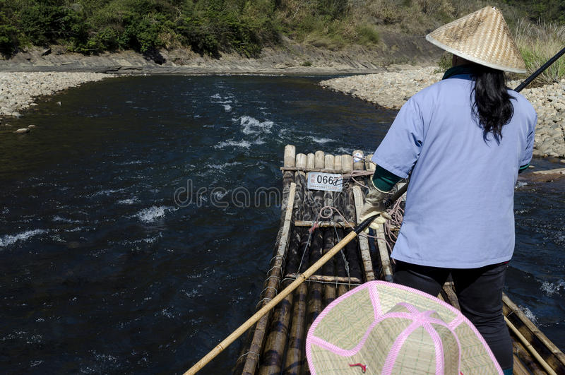 El transportar en balsa de bambú de la corriente de Jiuquxi imagenes de archivo