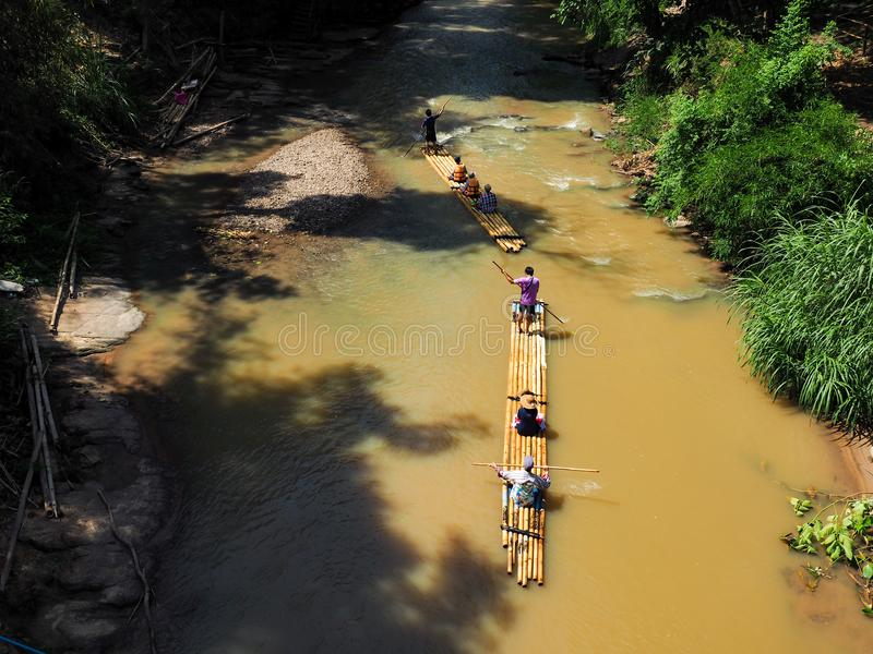 El transportar en balsa de bambú en paisaje tropical verde como viaje para el turista en Mae Wang District Chiang Mai Thailand fotografía de archivo
