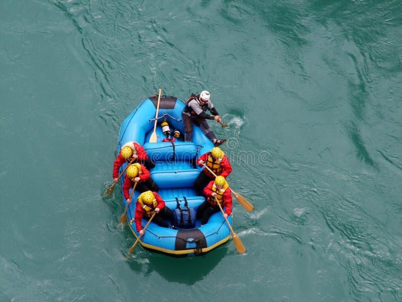 El transportar en balsa del agua blanca foto de archivo