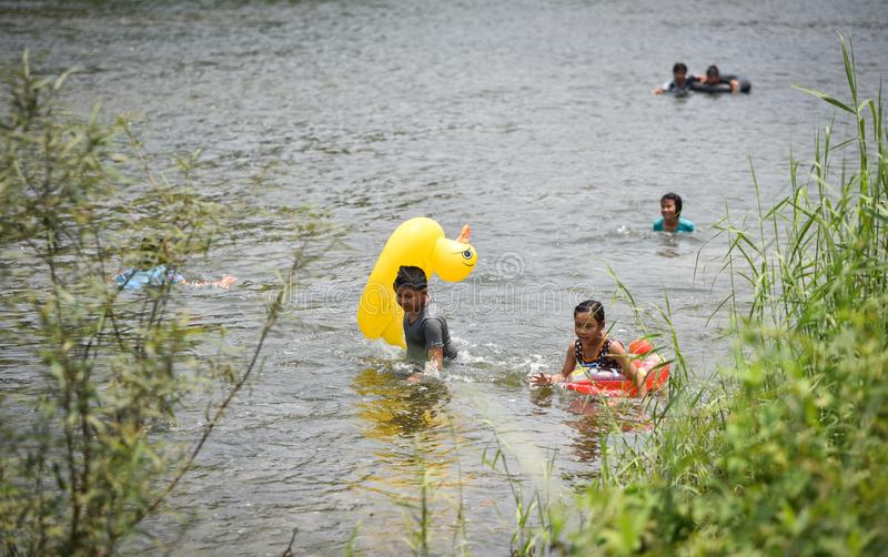 El transportar en balsa del agua de la diversión de Asia del niño foto de archivo