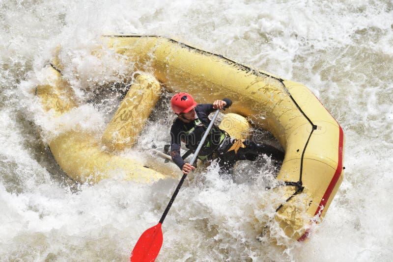 El transportar en balsa en el agua blanca foto de archivo