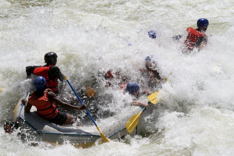El transportar en balsa en un río fotografía de archivo libre de regalías
