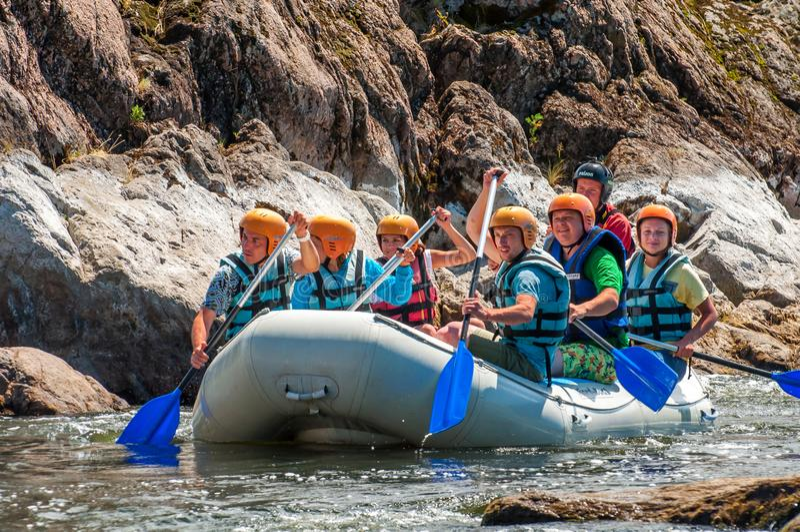 El transportar en balsa y el kayaking Un lugar popular para la familia extrema y reconstrucción corporativa así como entrenamient imagen de archivo
