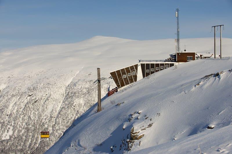 El tranvía aéreo de Fjellheisen llega a la estación superior en la cima de la montaña de Fjellheisen, Tromso, Noruega imágenes de archivo libres de regalías