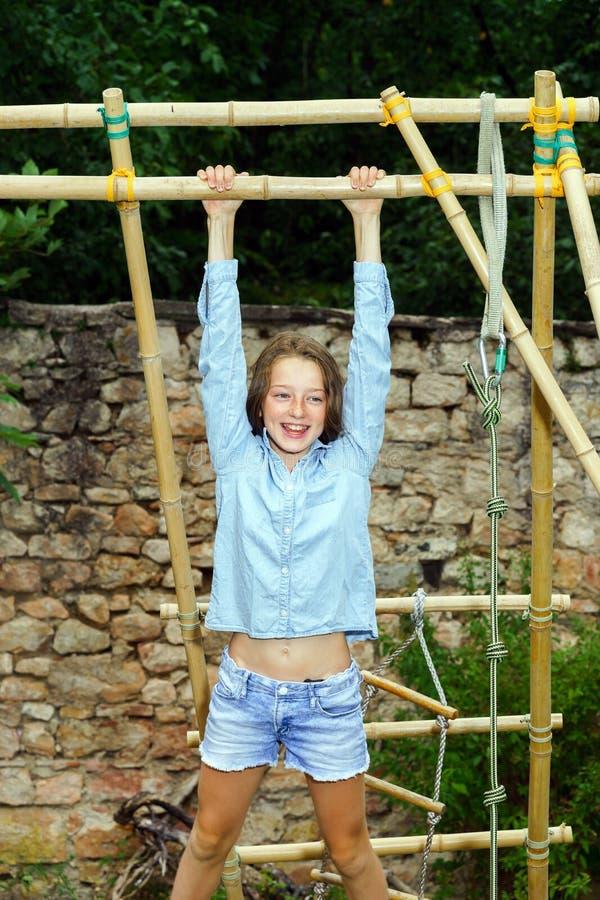 El trasladarse a edad adulta Retrato al aire libre del adolescente imagen de archivo