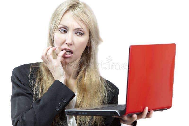 El trastorno de la mujer de negocios considera en la pantalla del ordenador portátil fotos de archivo libres de regalías
