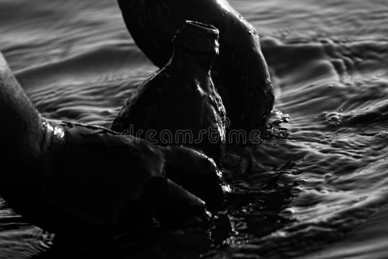El tratamiento aficionado del balneario (baños de fango) está en una botella de fango de lagunas salinas de los mudflats costeros fotografía de archivo libre de regalías