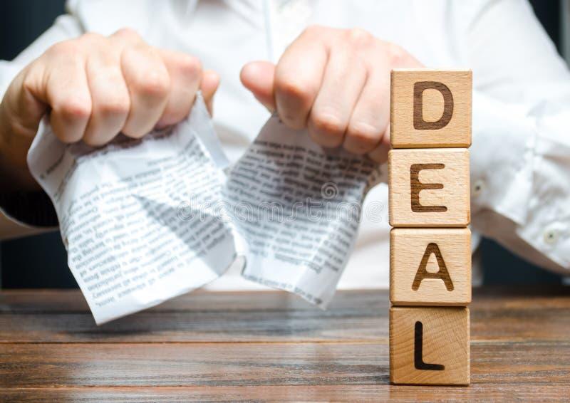 El trato y el hombre de negocios de la palabra está rompiendo un contrato en el fondo Rotura del contrato unilateral Terminación  imágenes de archivo libres de regalías