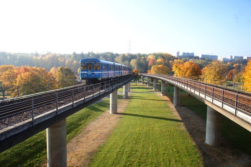 El tren con la opinión de la caída en Estocolmo fotos de archivo libres de regalías