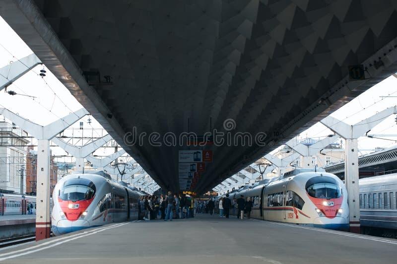 El tren de alta velocidad Sapsan sale del ferrocarril imagen de archivo