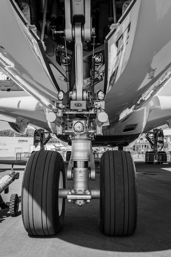 El tren de aterrizaje delantero de los aviones - Airbus A380 imágenes de archivo libres de regalías