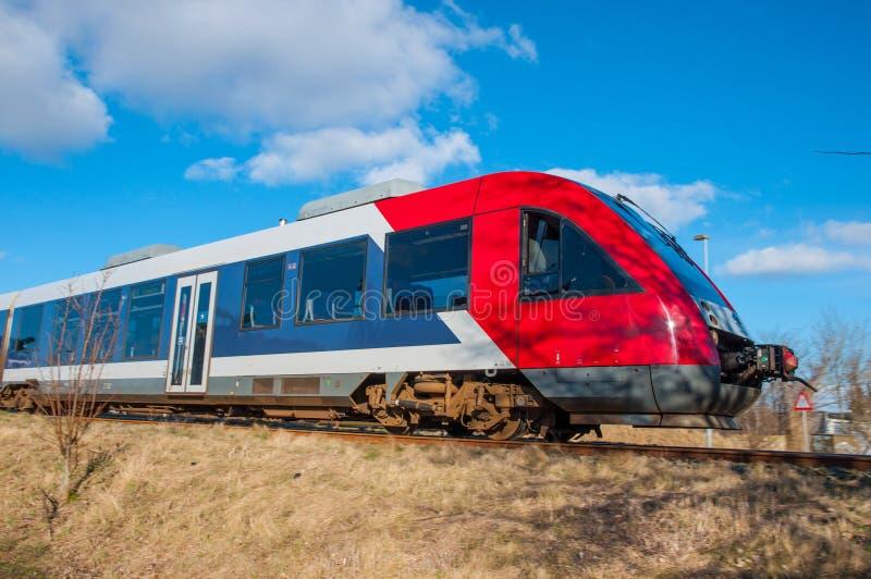 El tren de la pelusa 41 de Lokaltog fijó en un día de invierno brillante imagen de archivo libre de regalías
