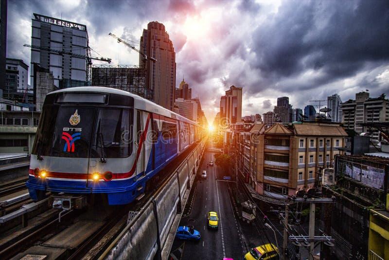 El tren del bts y de cielo en Tailandia imagen de archivo libre de regalías