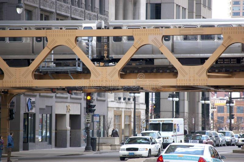 El tren del EL de CTA que cruza un puente en Chicago céntrica, Illinois los E.E.U.U. fotografía de archivo