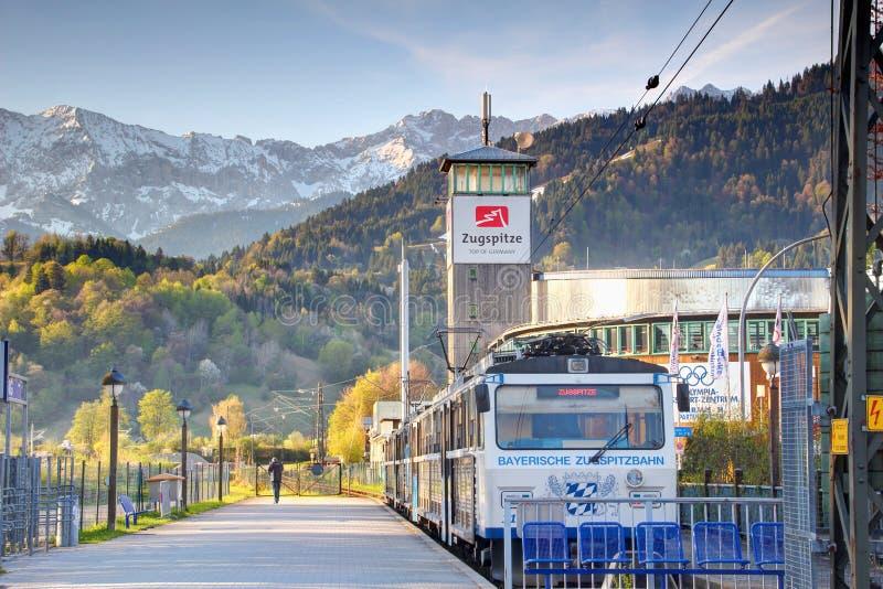 El tren del ferrocarril bávaro de Zugspitze se coloca en la estación de Garmisch fotografía de archivo libre de regalías