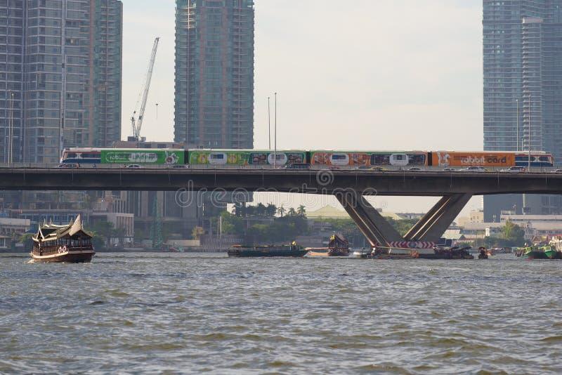 El tren del subterráneo de la tierra del 'BTS SkyTrain 'en el puente a través del río de Chao Phraya River Bangkok, Tailandia fotografía de archivo libre de regalías
