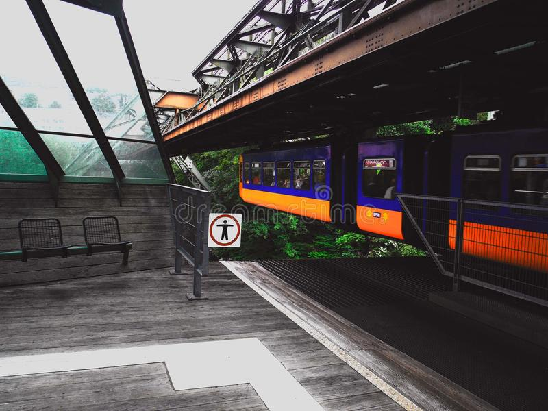 El tren del vuelo en Wuppertal imagen de archivo libre de regalías