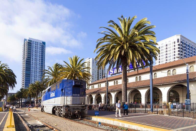 El tren diesel llega la unión foto de archivo