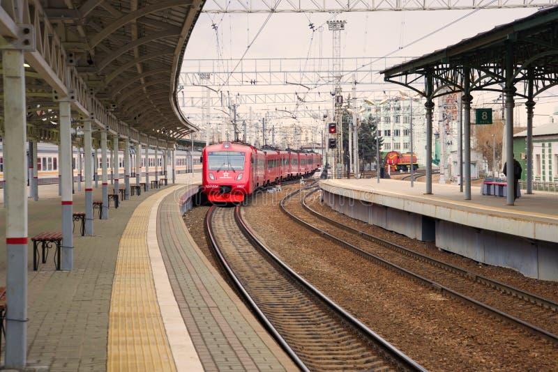 El tren eléctrico de los aeroexpress de ED4MKM-AERO llega a la plataforma de la estación bielorrusa fotografía de archivo libre de regalías
