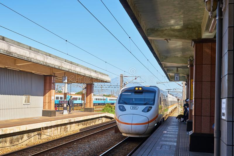 El tren eléctrico que esperaba de la gente para llegó la estación de Taitung fotografía de archivo libre de regalías