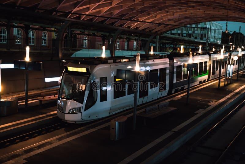 El tren está en la estación en la noche fotos de archivo libres de regalías