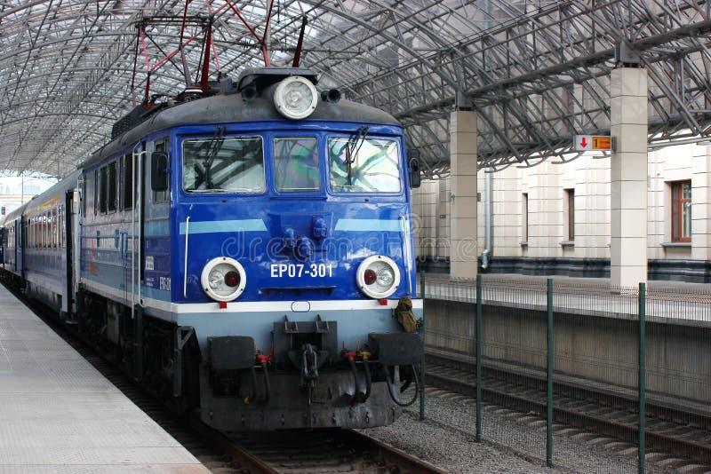 El tren está en los pasajeros que esperan de la plataforma para salida a tiempo el viejo modelo del motor azul pasajero fotografía de archivo libre de regalías