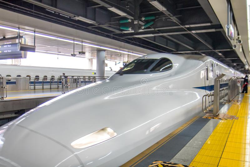 El tren expreso llega el ferrocarril imagenes de archivo
