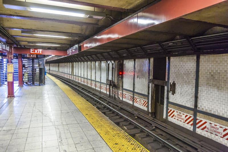El tren llega en la estación del metro en Nueva York imágenes de archivo libres de regalías
