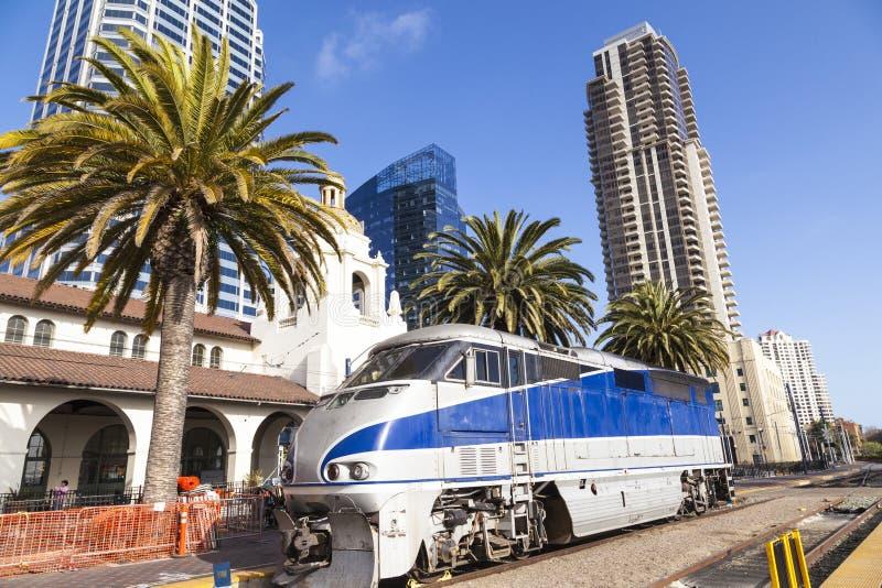El tren llega la estación de la unión en San Diego foto de archivo