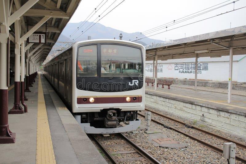 el tren llega la estación de tren de Nikko imagenes de archivo