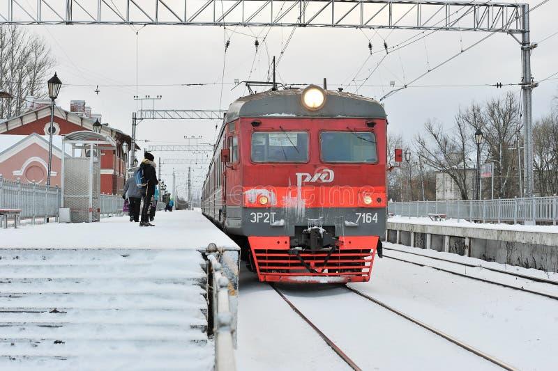 El tren llega la estación suburbana de la estación imágenes de archivo libres de regalías